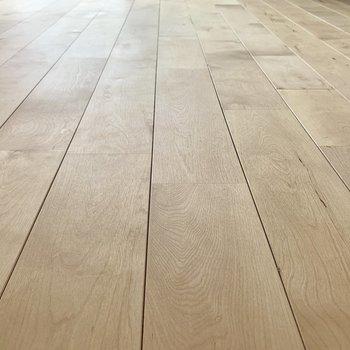 【ディテール】床にはバーチ材が使われています。