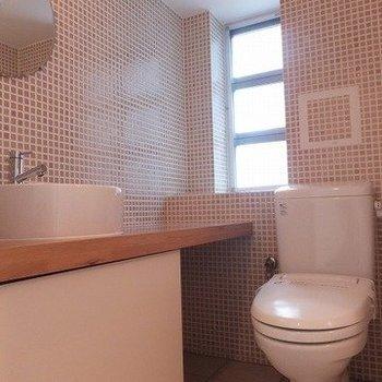 モザイクタイルの洗面所! ※写真は5階の反転間取り別部屋のものです