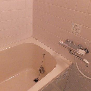 お風呂は追い焚き付きです ※写真は5階の反転間取り別部屋のものです