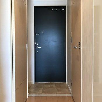 紺色のドアが渋いね