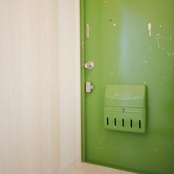 玄関は鮮やかな黄緑!※別部屋募集時の写真です