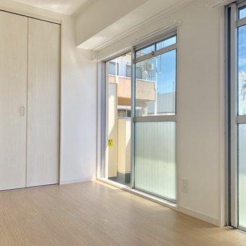 【洋室】窓が大きくて解放感あります