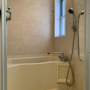 お風呂に窓があるので、空気の入れ替えできますね