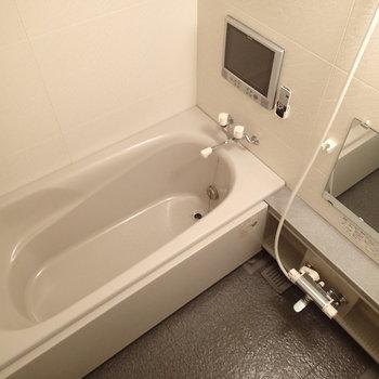 ゆったりの浴槽にはテレビがついてる!※写真は前回募集時のものです