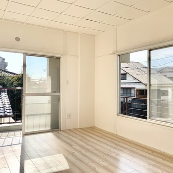 6帖の洋室です。大きな窓にはお気に入りのカーテンを!