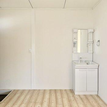 玄関入ってすぐに独立洗面台。帰ってすぐに手洗いうがい!