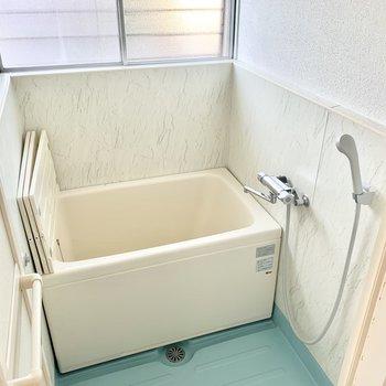 こじんまりとしたお風呂です。しっかり換気でカビ対策◎