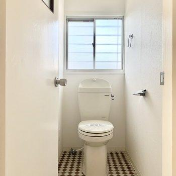 トイレは小窓付きでしっかり換気◎