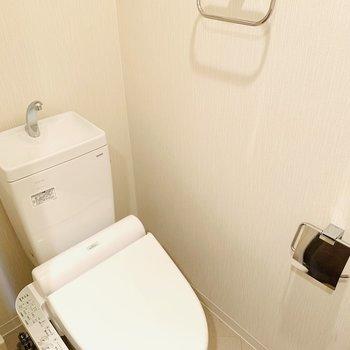 トイレ上に収納あり(※写真は3階の同間取り別部屋のものです)