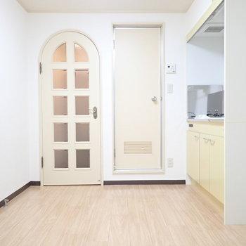 ドアの形がかわいらしい。テーブルを置いてもいいし、収納を置いてもいいですね