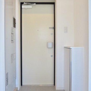 玄関もシンプル〜!※写真は3階の同間取り別部屋のものです