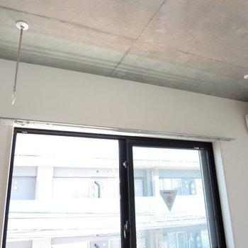 室内干し用のポールもあります※写真は3階の同間取り別部屋のものです