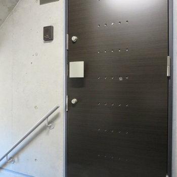 ダークブラウンの扉がカッコイイ