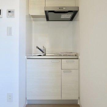 キッチンはとってもコンパクト※写真は2階の同間取り別部屋のものです