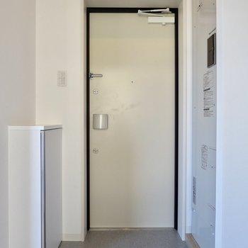 玄関はシンプルに※写真は2階の同間取り別部屋のものです