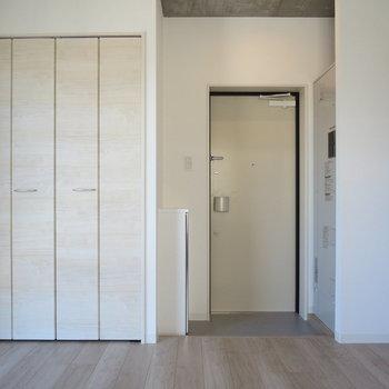 玄関と居室の間にのれんを掛ければ空間を分けられそう※写真は2階の同間取り別部屋のものです