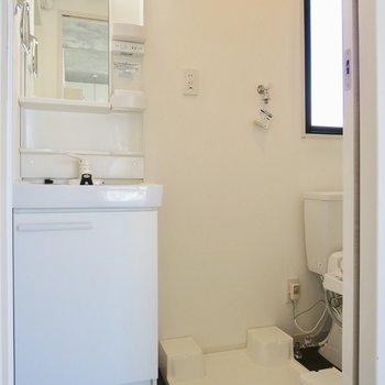 清潔感のある洗面所※写真は2階の同間取り別部屋のものです