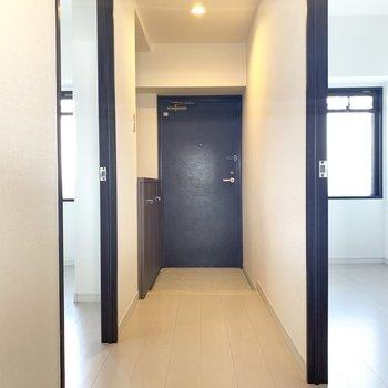 ちょうどいい広さの玄関。つるつるタイプの床で泥汚れもお掃除しやすい〜