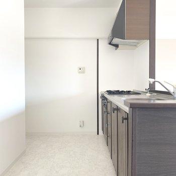 冷蔵庫スペースもしっかり。ゆったりなキッチンスペース