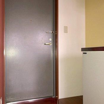 キッチンの左側には冷蔵庫、もしくはシューズボックスが置けます※写真は通電前のものです