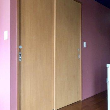 キッチンの向かいの扉の先へ※写真は通電前のものです