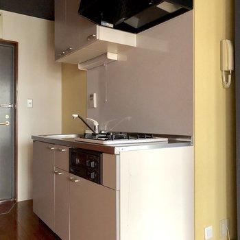 キッチン付近の壁は優しい黄色。落ち着きますね。※写真は通電前のものです
