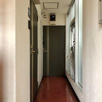 廊下は少し狭め。お隣さんとのすれ違いに気をつけて