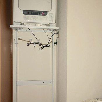 洗濯機置き場の上にはなんと乾燥機付き!雨の日でも安心して洗濯ができますね※写真は通電前のものです