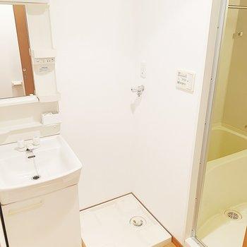 独立洗面台!お隣は洗濯機置場です。※写真は6階の反転間取り別部屋のものです