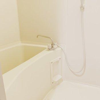 清潔感のあるバスルーム。※写真は6階の反転間取り別部屋のものです