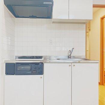ホワイトのキッチン。※写真は6階の反転間取り別部屋のものです