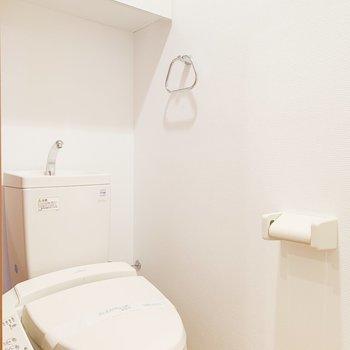上には収納スペースがあります。※写真は6階の反転間取り別部屋のものです