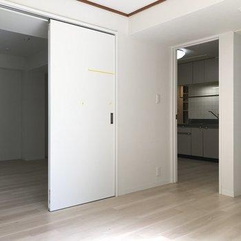 隣のお部屋とキッチンが見える!(洋室2)