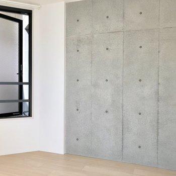 【洋室2】こちらの窓は開きますね