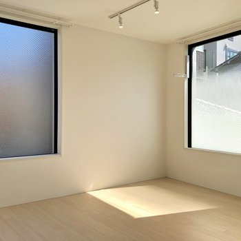【DK】こちらの窓は開きませんが、光はたっぷり
