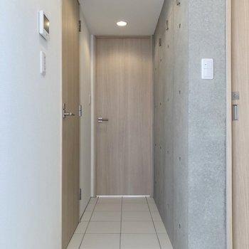 さて、廊下正面のドアへ