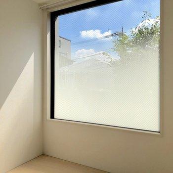【洋室2】何度見ても大きな窓だなあ