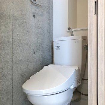 コンクリート打ちっぱなしのトイレがあります