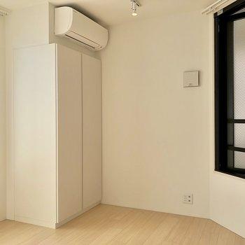 【洋室2】むむ、反対側にも窓があります