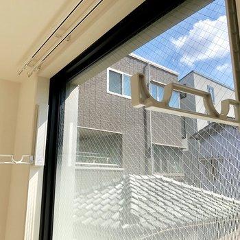 【DK】この窓には物干し竿掛けがついています