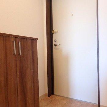 玄関(※写真は5階の同間取り別部屋のものです)