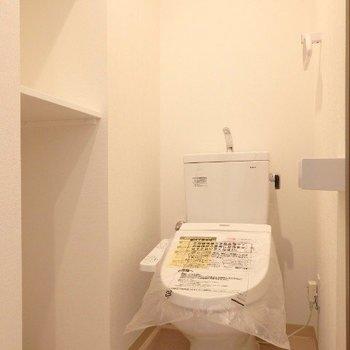 トイレには棚あり!(※写真は5階の同間取り別部屋のものです)