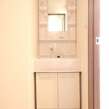 独立洗面台(※写真は5階の同間取り別部屋のものです)
