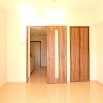 7.5帖の洋室。シンプルな内装です(※写真は5階の同間取り別部屋のものです)
