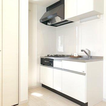 右側に冷蔵庫がおけます