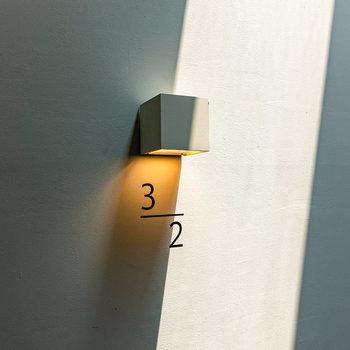 天井に採光面を設け、光を効果的に取り込んでいます。