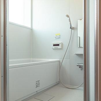 爽やかな印象の浴室(窓は採光用で開閉不可)。※写真は3階の反転間取り別部屋のものです