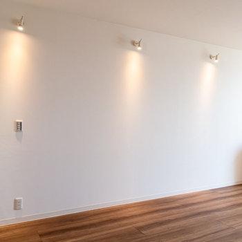 ベッドはキッチンの反対側に。※写真は3階の反転間取り別部屋のものです