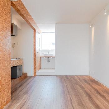 玄関側から。OSBと無垢床の対比が美しい。※写真は3階の反転間取り別部屋のものです