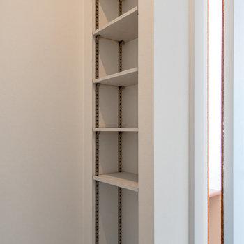 トイレの隣に可動式の棚を設置。※写真は3階の反転間取り別部屋のものです